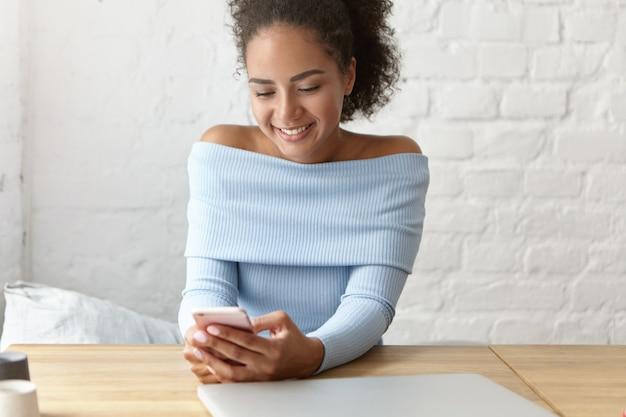 Mooie vrouw in een café met laptop