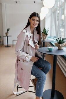 Mooie vrouw in een coffeeshop met een kopje koffie