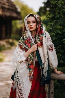 Mooie vrouw in een geborduurde traditionele jurk