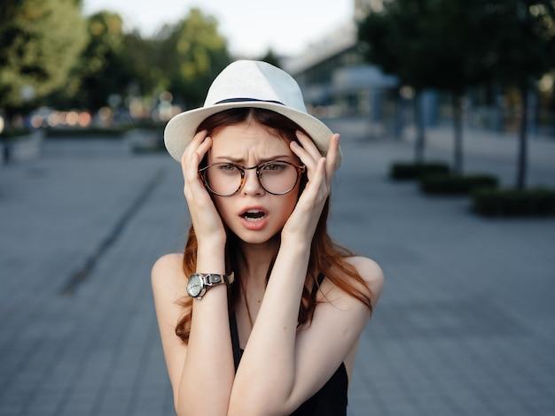 Mooie vrouw in een hoed buitenshuis zomer levensstijl