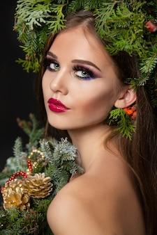 Mooie vrouw in een kerstkrans
