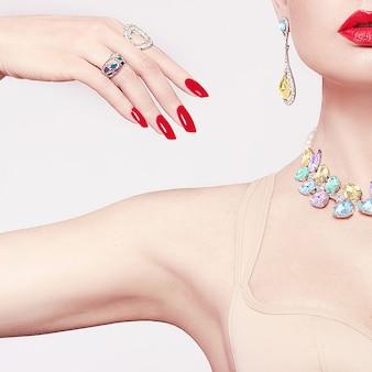 Mooie vrouw in een ketting, oorbellen en ring. model in sieraden van edelstenen, diamanten.