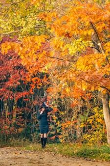 Mooie vrouw in een park