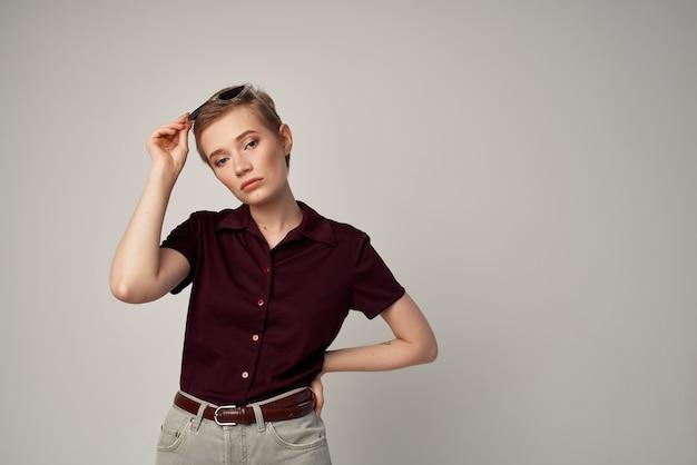 Mooie vrouw in een rood overhemd klassieke stijl lichte achtergrond. hoge kwaliteit foto