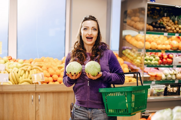 Mooie vrouw in een supermarkt