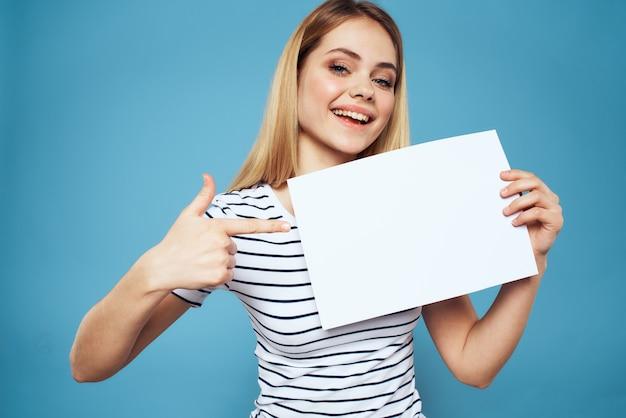 Mooie vrouw in een t-shirt houdt een wit laken zonder een inscriptie