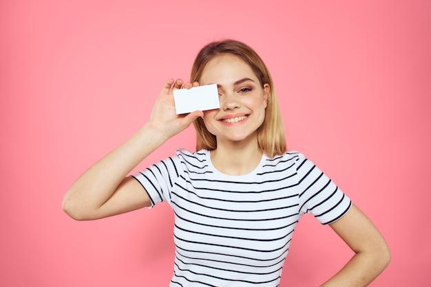 Mooie vrouw in een t-shirt met een blanco visitekaartje