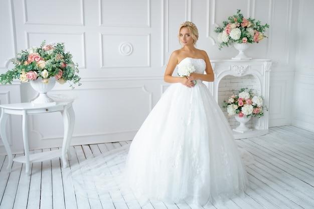 Mooie vrouw in een trouwjurk met een mooie make-up en haar