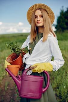 Mooie vrouw in een zomer veld
