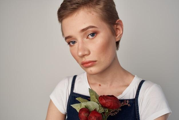 Mooie vrouw in een zomerjurk mode cosmetica lichte achtergrond. hoge kwaliteit foto