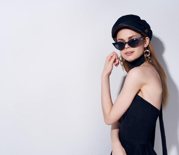 Mooie vrouw in een zwarte hoofdtooi geïsoleerde background