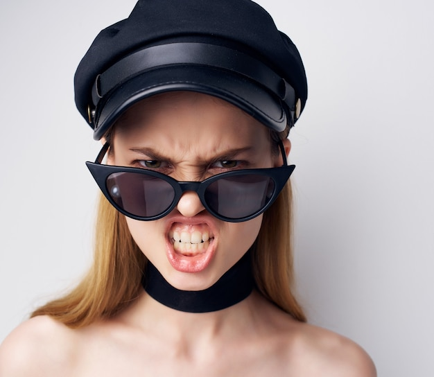 Mooie vrouw in een zwarte hoofdtooi luxe