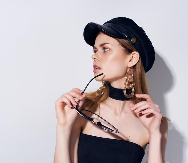 Mooie vrouw in een zwarte hoofdtooi make-up