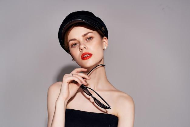 Mooie vrouw in een zwarte hoofdtooi moderne stijl