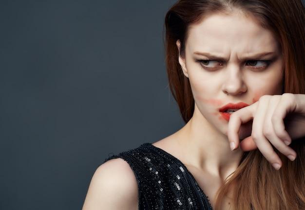 Mooie vrouw in een zwarte jurk mode lifestyle geïsoleerde achtergrond. hoge kwaliteit foto