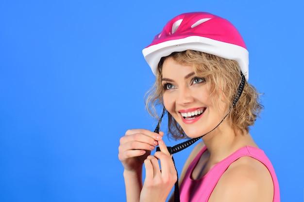 Mooie vrouw in fietshelm sportvrouw in beschermende helm gezond en actief concept sport