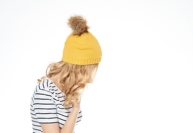 Mooie vrouw in gestreept de levensstijllicht van de t-shirt gele hoed