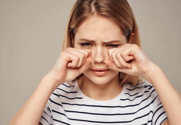 Mooie vrouw in gestreept t-shirt frustratie emotie ongenoegen. hoge kwaliteit foto