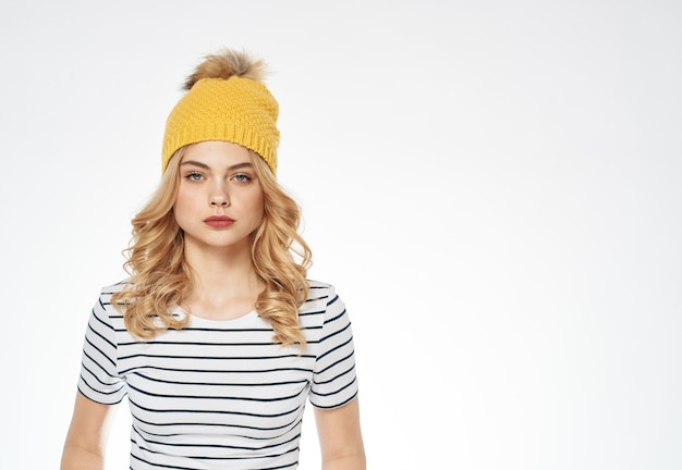Mooie vrouw in gestreepte t-shirt gele hoed