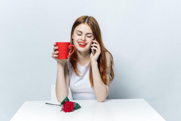 Mooie vrouw in glazen zittend aan een tafel