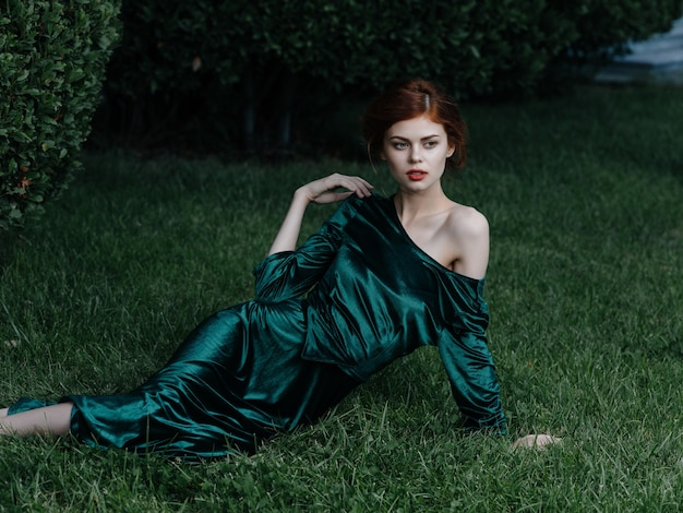 Mooie vrouw in groene jurk in gotische stijl sprookjestuin