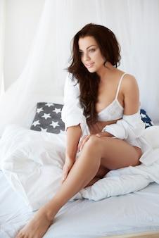 Mooie vrouw in het bed