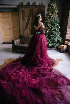 Mooie vrouw in het beeld van de koningin in de marsalacolored