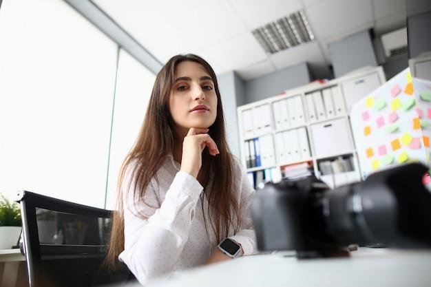 Mooie vrouw in het kantoor