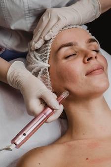 Mooie vrouw in het wellnesscentrum met een cosmetische behandeling