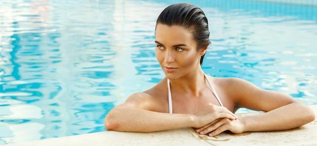 Mooie vrouw in het zwembad