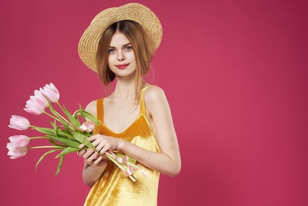 Mooie vrouw in hoed boeket bloemen vakantie emoties roze.