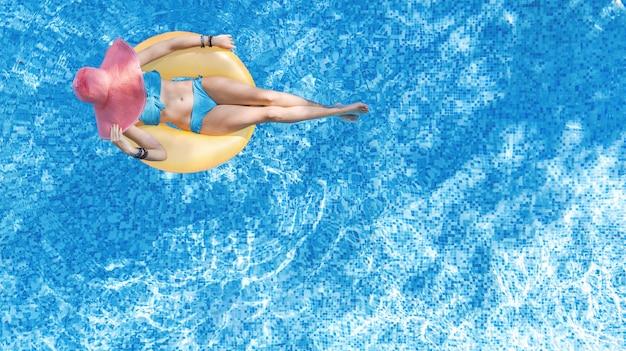 Mooie vrouw in hoed in zwembad
