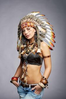 Mooie vrouw in indiaanse kostuum met veren