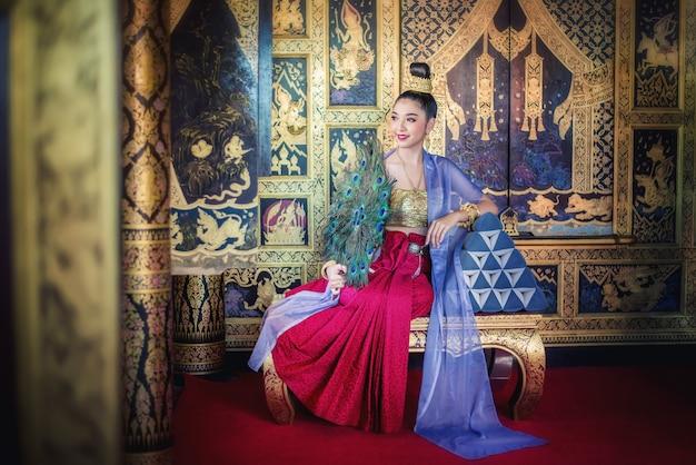 Mooie vrouw in klederdracht kostuum
