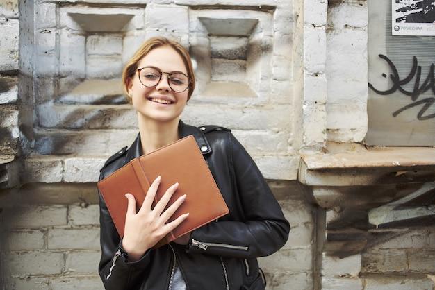 Mooie vrouw in leren jas poseren studio buiten wandelen