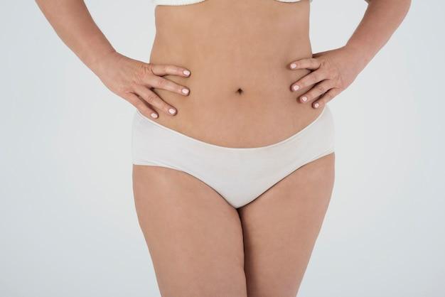 Mooie vrouw in lingerie trots op haar lichaam