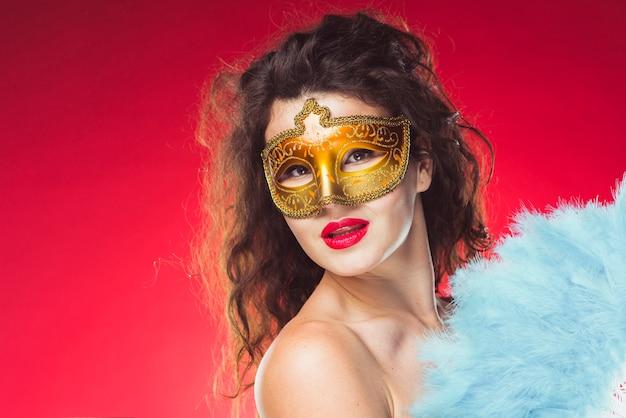 Mooie vrouw in masker met veerventilator