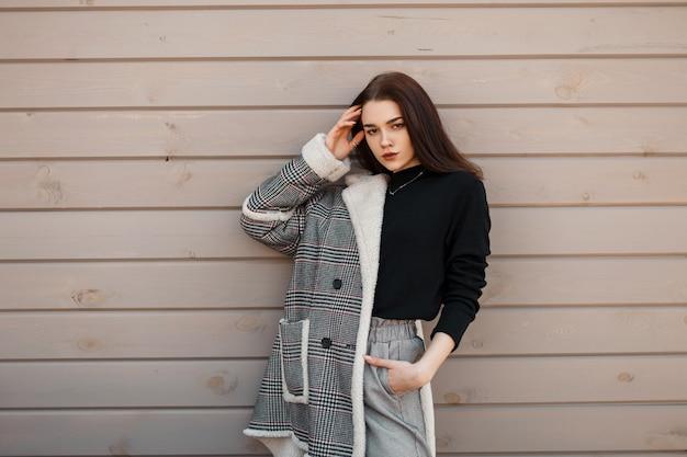 Mooie vrouw in mode-uitloper