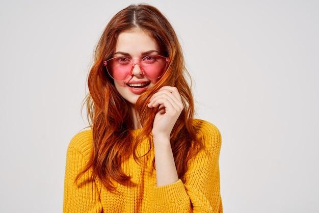 Mooie vrouw in modieuze bril kapsel mode bril lichte achtergrond