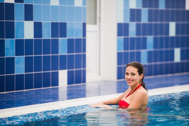 Mooie vrouw in mooie bikini rond poolkant