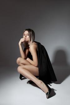 Mooie vrouw in ondergoed, perfect lichaam, slank figuur, elastische kont en billen.