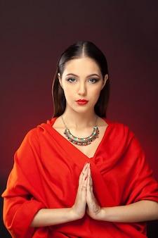 Mooie vrouw in oosterse stijl met mehendi op donkere achtergrond