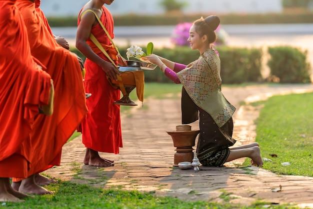 Mooie vrouw in oud lao nationaal kostuum die bereid zijn verdiensten te maken