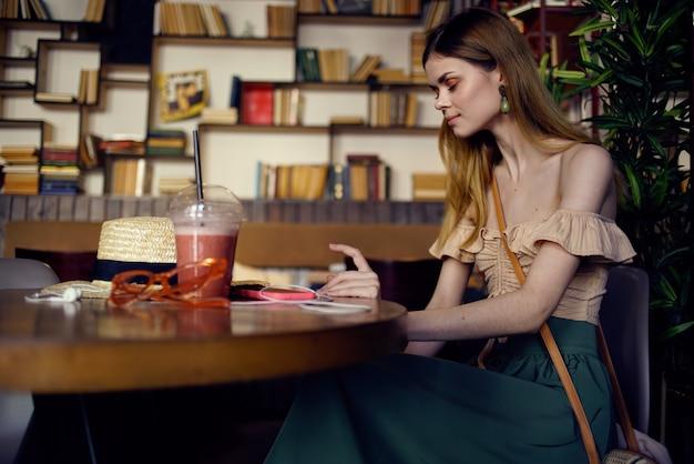 Mooie vrouw in restaurant rest glas met dranklevensstijl.