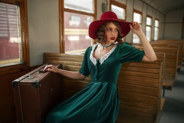 Mooie vrouw in retro trein, oud wagenbinnenland. spoorwegreis. vintage reis