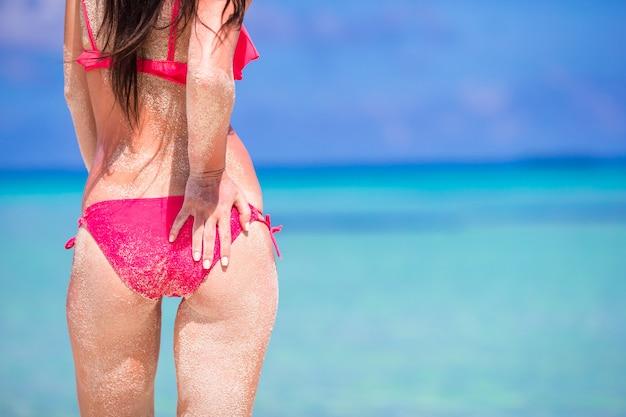 Mooie vrouw in rode bikini op zee achtergrond