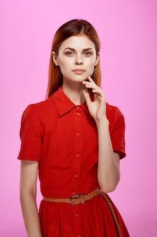 Mooie vrouw in rode jurk handgebaren luxe geïsoleerde background