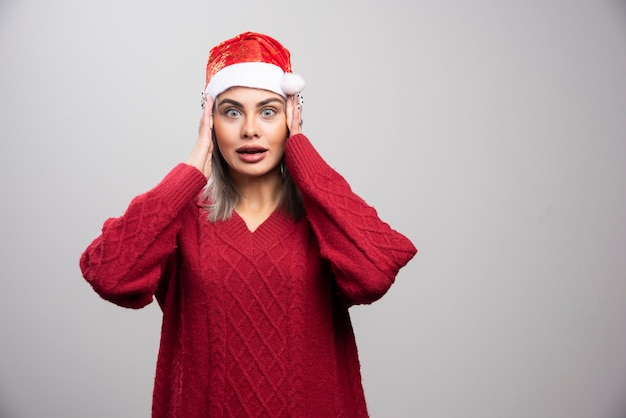 Mooie vrouw in rode trui vergat haar cadeautjes.