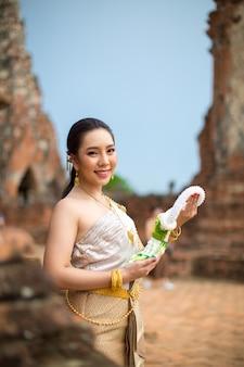 Mooie vrouw in thais oud traditioneel kostuum, portret bij de oude ayutthaya-tempel