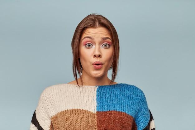 Mooie vrouw in trui, hoort ongelooflijk nieuwsç